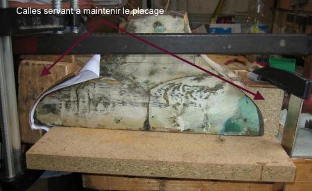 Détail de collage sur un cartel Louis XV